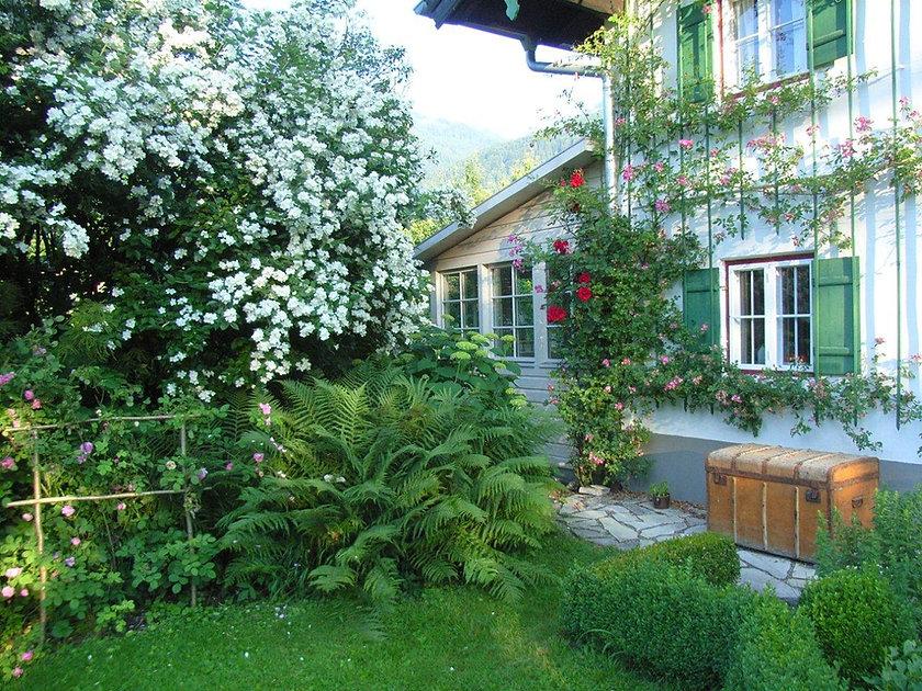 Haus Veranda mit Rosen.jpg