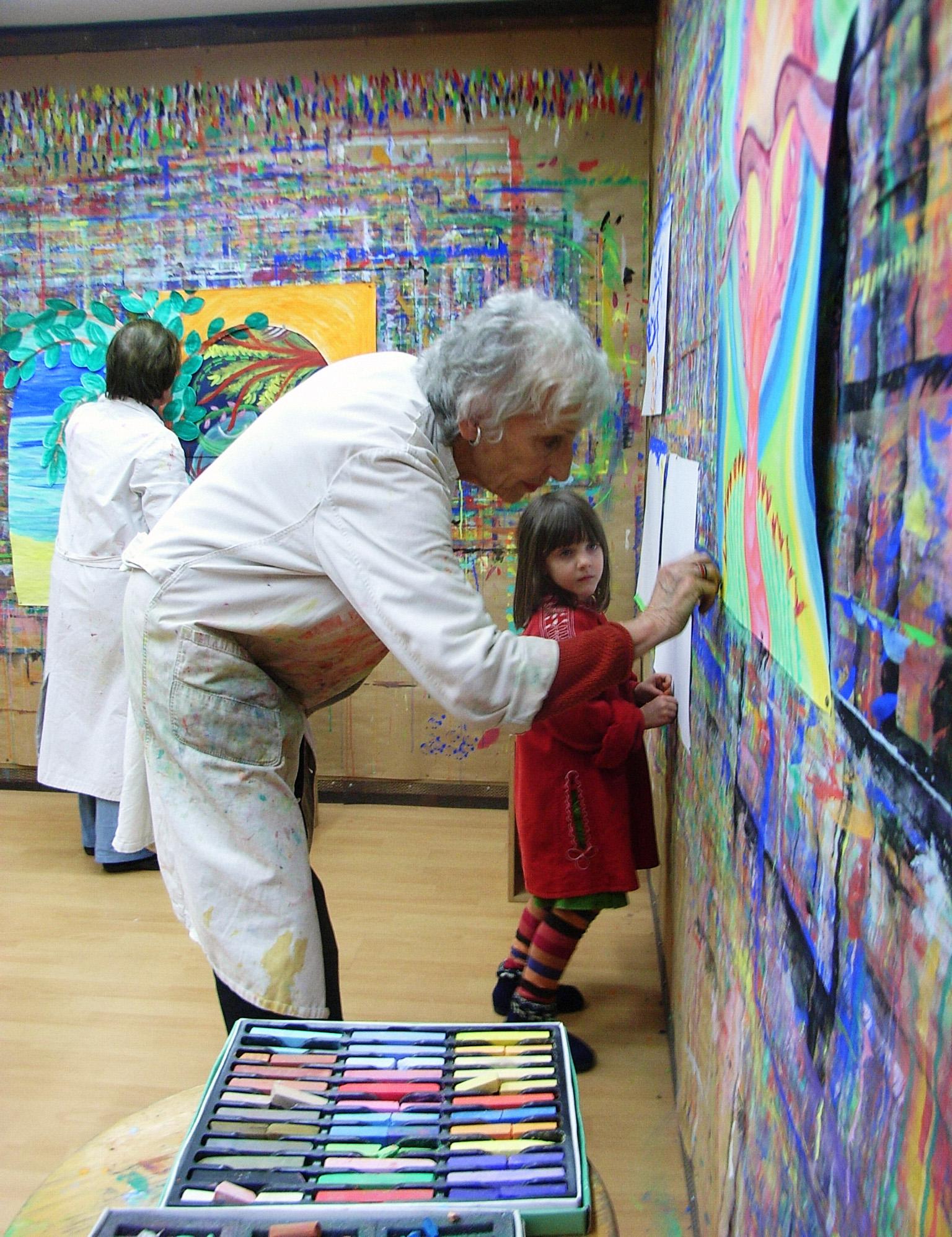 Jung und Alt malen zusammen