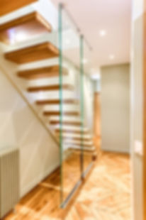 escalier design sur mesure paroi en verre
