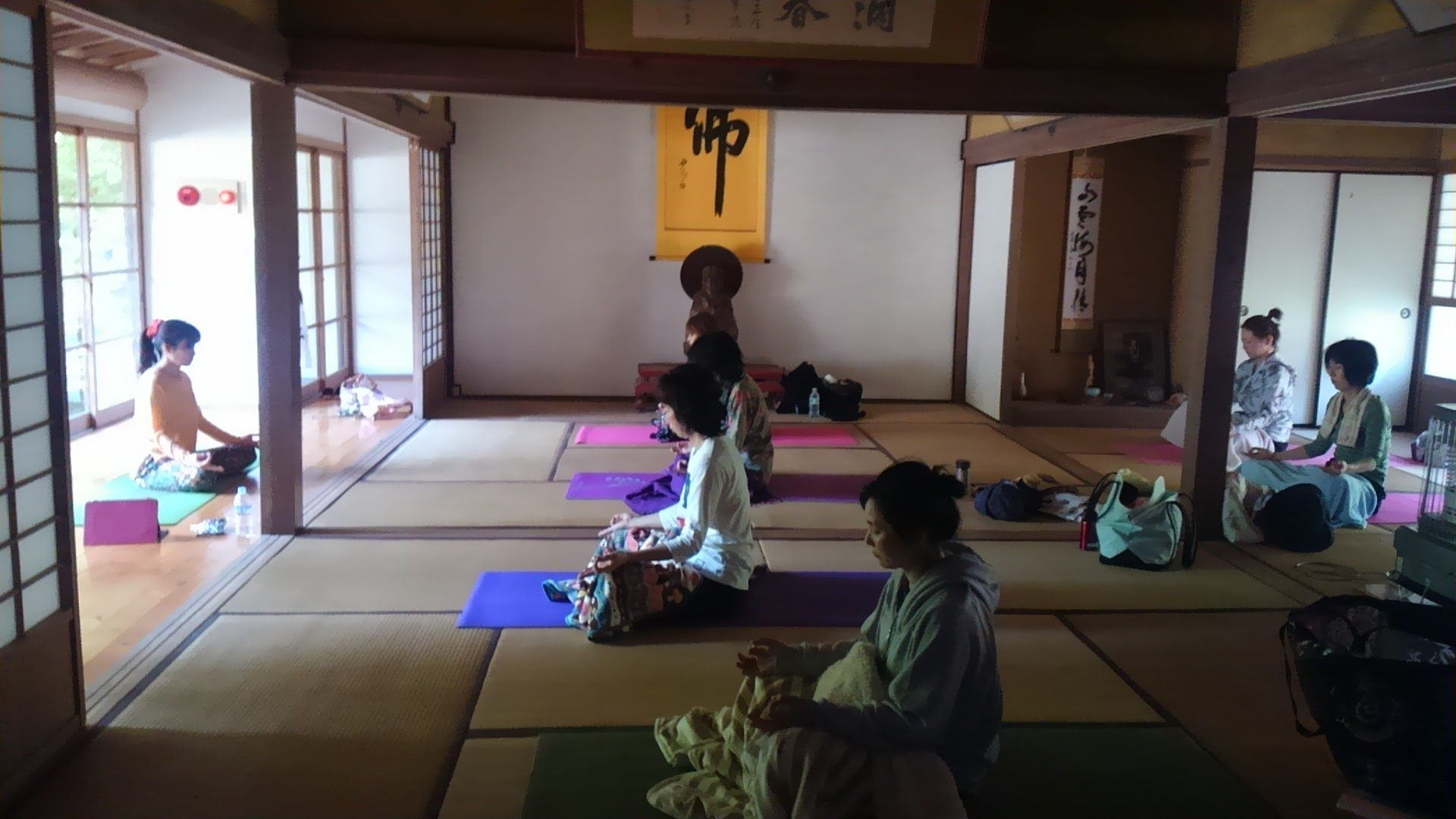 お寺でヨガ(Yoga in temple)