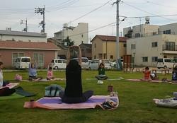 芝生ヨガ (Grass Yoga)