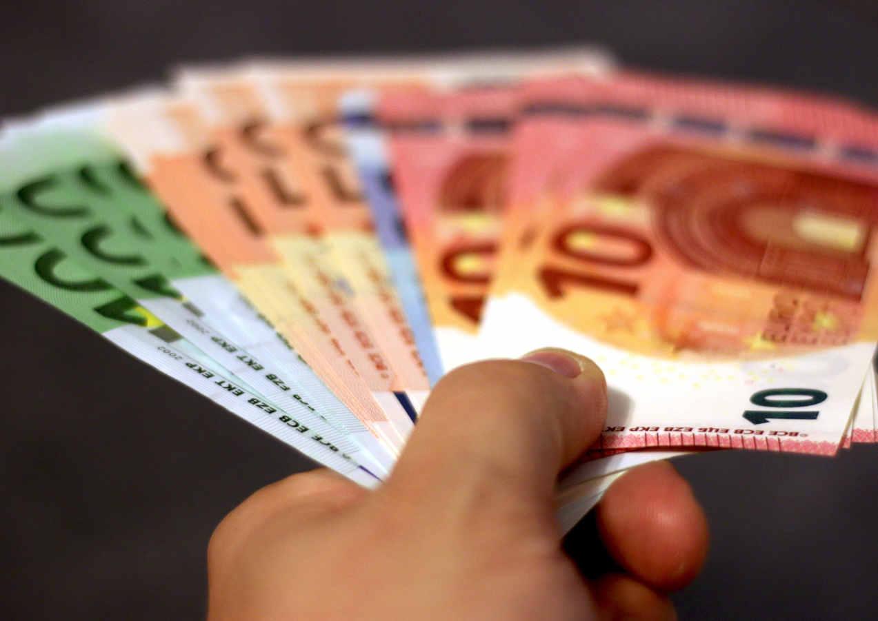 bank-notes-banknotes-bills-cash-259234.j