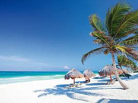 spiaggia-fine-bianca-palme-al-vento-ombr
