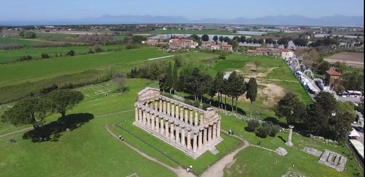 Paestum, sededi uno dei siti archeologici più importanti e più visitati d'Italia, tre maestosi Templi Dorici, costruiti in onore di Poseidone, Hera e Cerere.