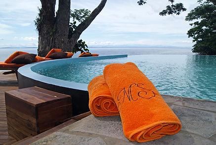 asciugamani-arancioni-piscina-vista-ocea
