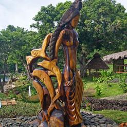 statua-di-legno-donna-delfini-manga-soa-