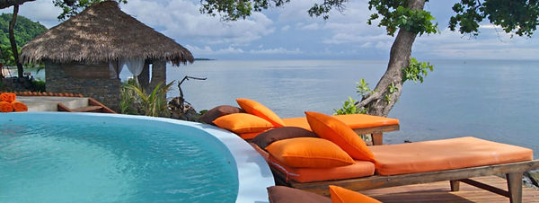 piscina-sdraio-arancioni-vista-oceano-ma
