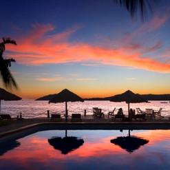 tramonto-riflessi-piscina-vista-mare-cor