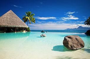mare-limpido-trasparente-bungalow-palme-