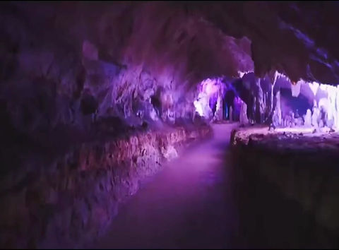 Grotte di Pertosa, Vallo di Diano. Nel Massiccio dei Monti Alburni, le uniche inItalia dove è possibile navigare un fiume sotterraneo, abitate dall'uomo dall'età della pietra, dove potrete visitare anche l'unicoMuseo del Suolo in Italia.