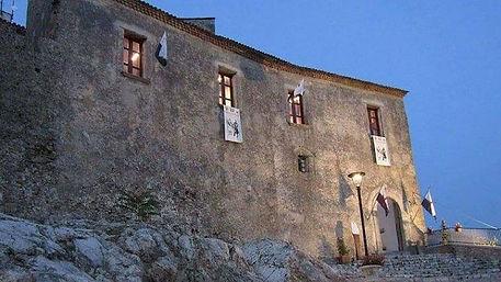 Castello-Baronale-di-Torraca-Cilento.jpg