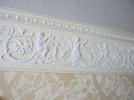широкий настенный фриз с орнаментом