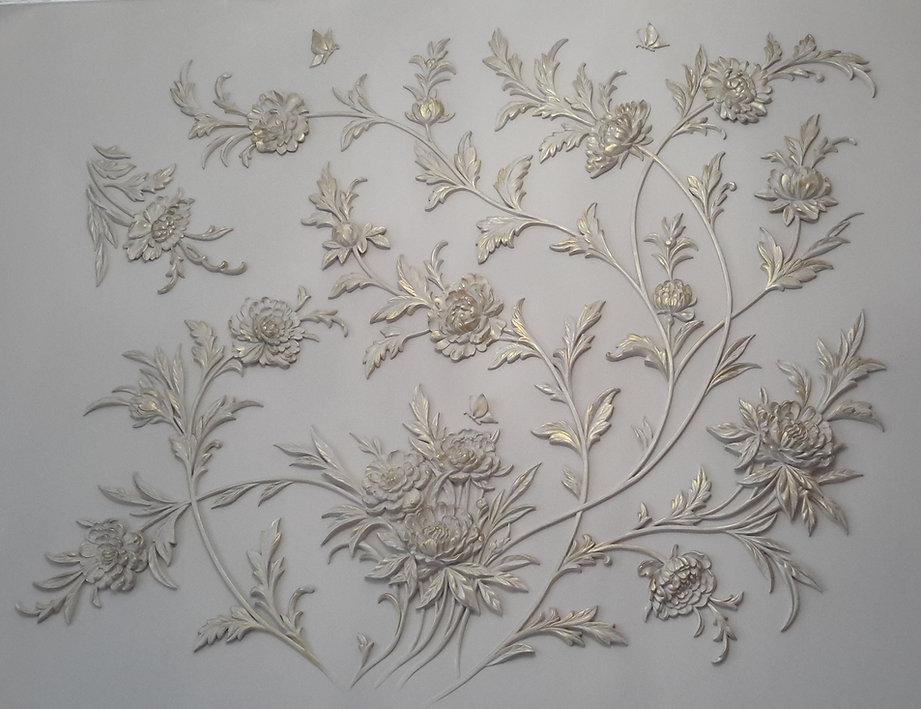 цветы из гипса на стене