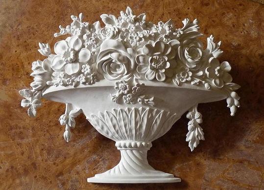 барельеф ваза с цветами