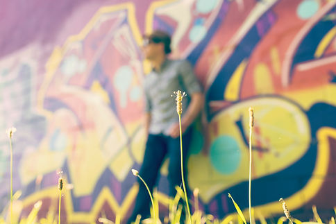 Man op een graffitimuur