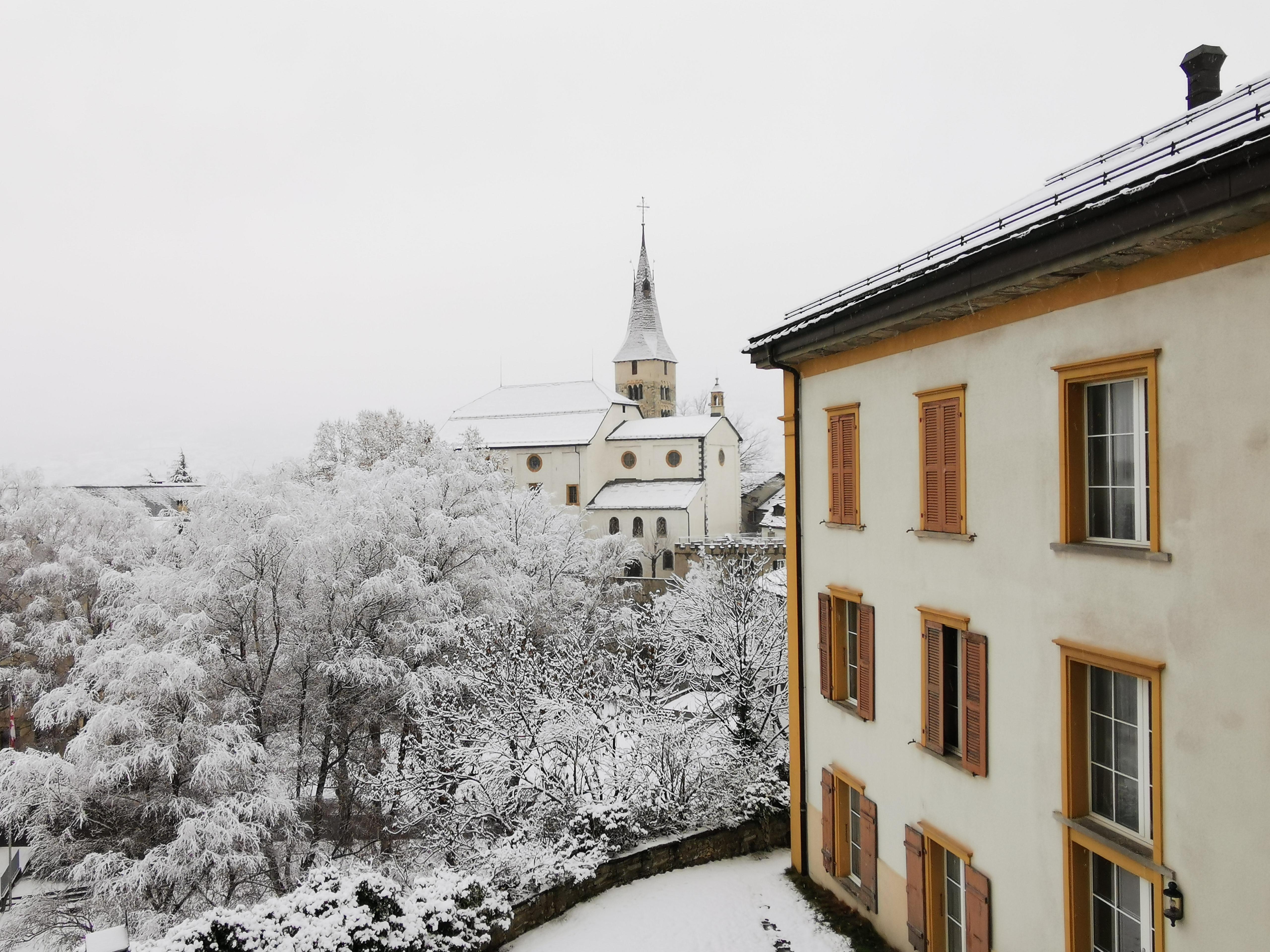Pfarrhaus, im Hintergrund Dreikönigskirche
