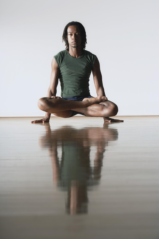 Dançarino de balé na posição de Lotus