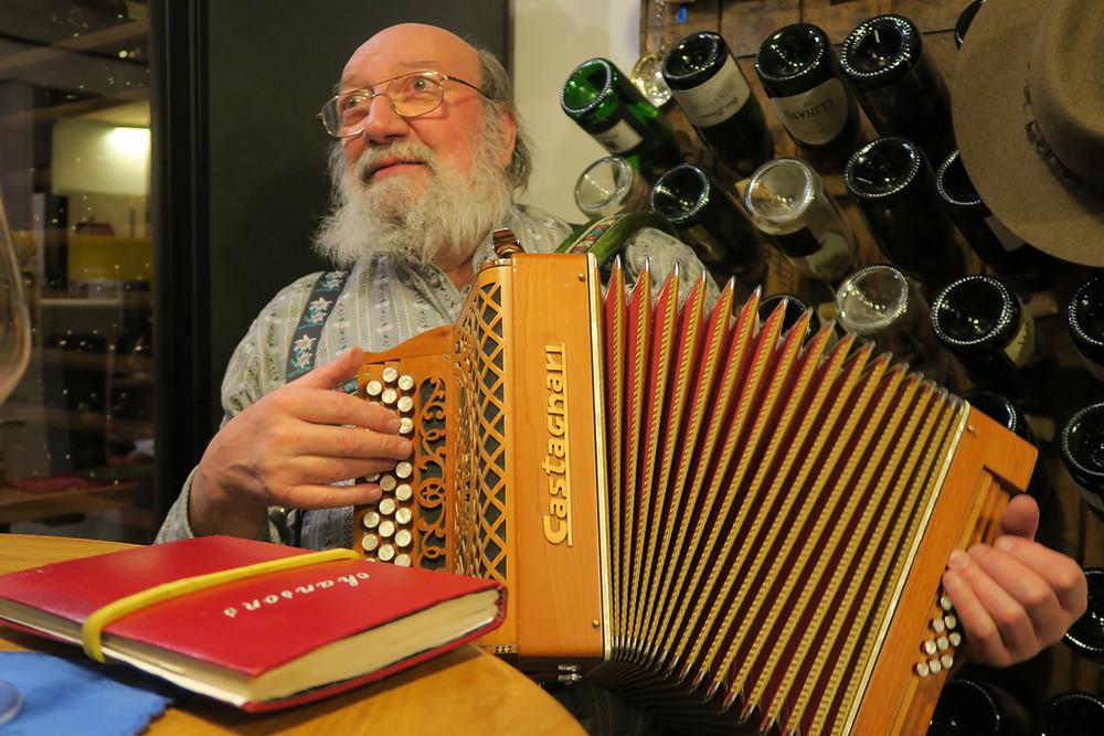 Jean-Marc Jacquier, musicien et fondateur du groupe La Kinkerne, avec son accordéon diatonique.