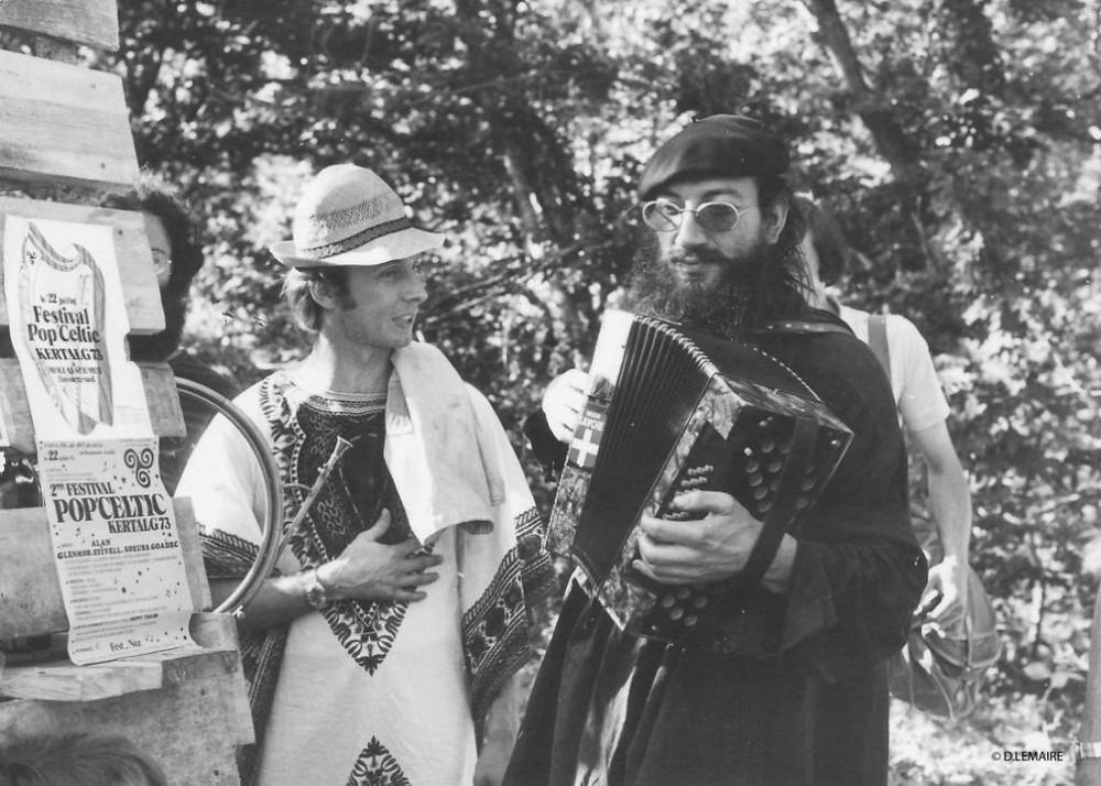 """Jean-Marc (à droite) en 1973 au festival """"folk"""" de Pons. Photo D. Lemaire."""