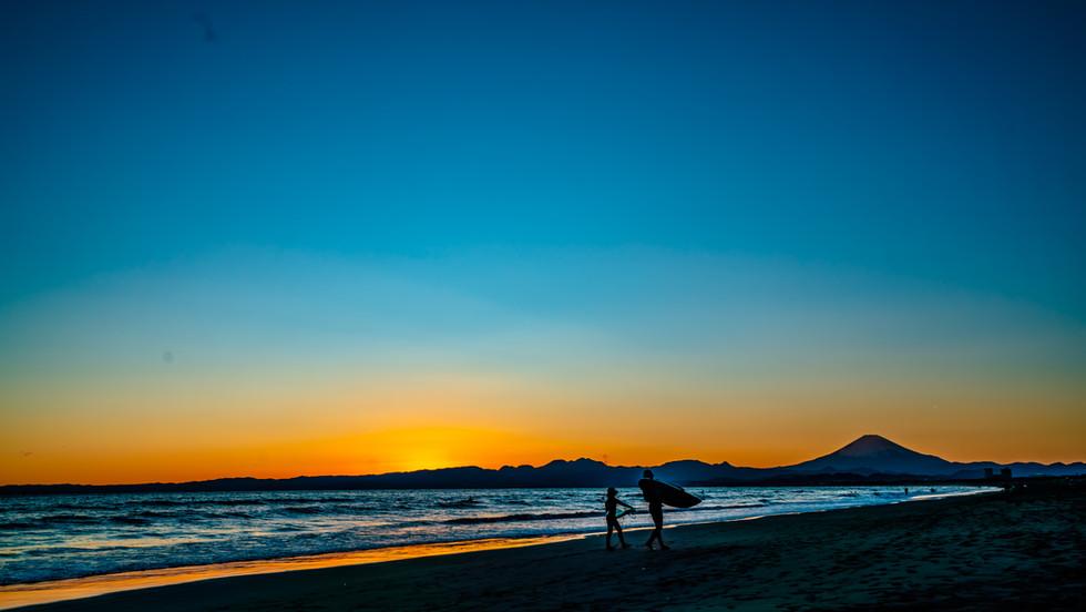 夕日が落ちるまで、親子サーファー