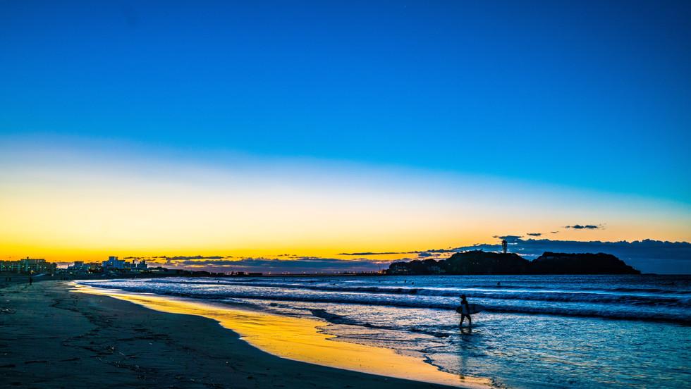日の出前、ガールズサーファー