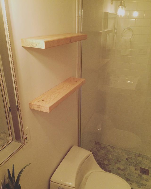 #floatingshelves great for small bathroom storage or for cute decor 🙌🏻 #bathroomdecor #customshelv