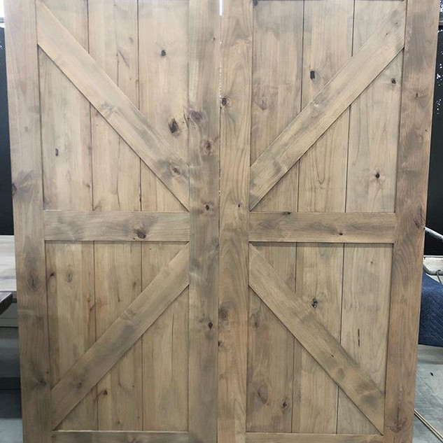 Swipe to see these gorgeous barn doors!