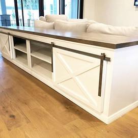 Loving this Barn Door Sofa Table 😍_._._