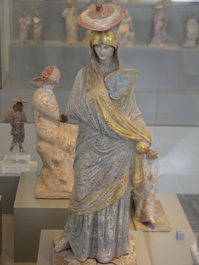 Tanagra La femme à l'éventail 4 ème siècle av J-C
