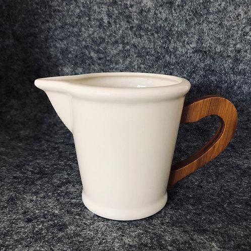 Milchgießer/ Kanne weiß mit Holzgriff