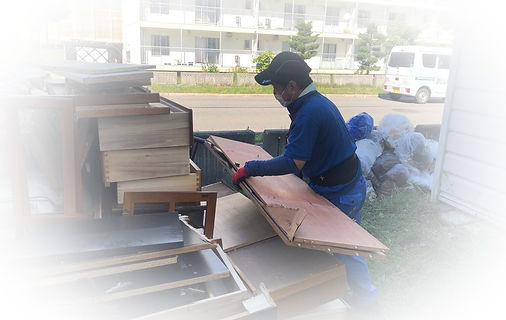 家財整理(遺品整理及び生前整理)で仕分け作業後の搬出作業中