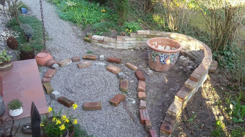 Vorbereitungen für einen neuen Gartenweg