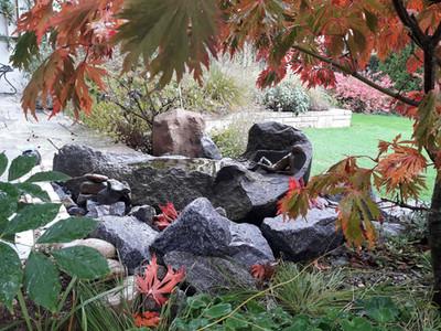 Granitbrunnen mit Bronzefigur von Richard Gruber