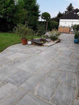 Terrasse mit Gneisplatten