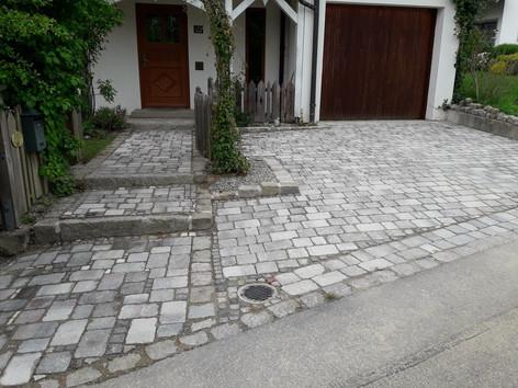 Neue Einfahrt mit alten Steinen