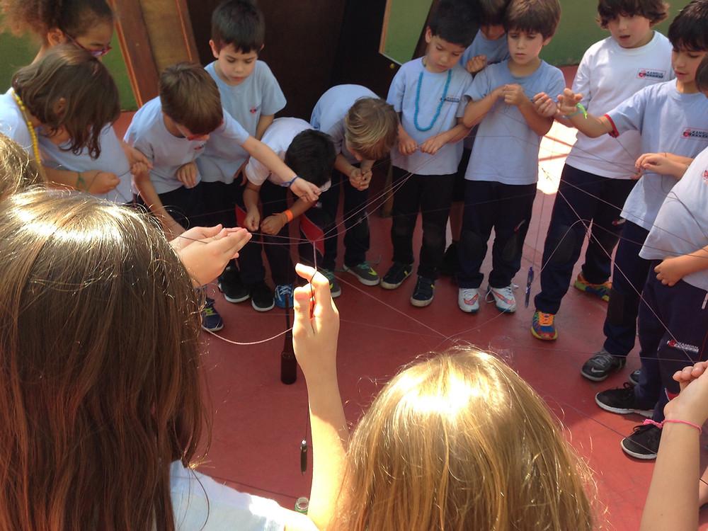 Atividade sobre cooperação com alunos de 1º ano na Kampus School. Foto: Livia Ribeiro