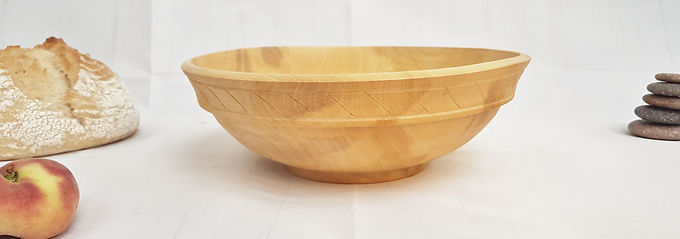 Salad / fruit bowl with carving
