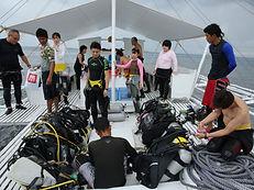 バンカーボートの上でダイビング器材のセッティング