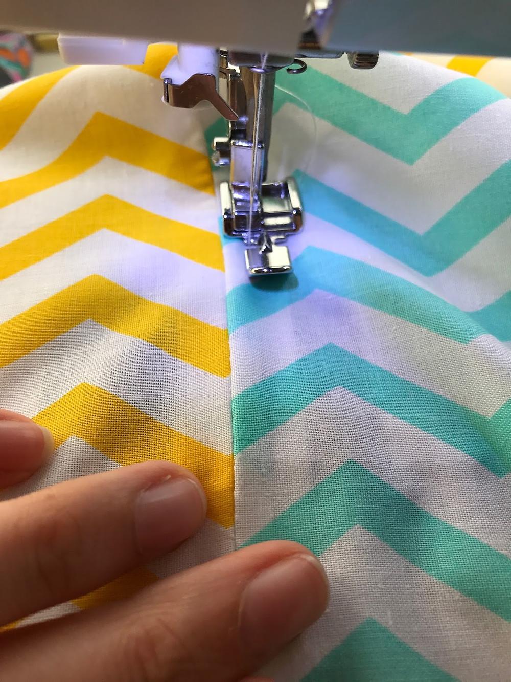 Coser o fecho na almofada do lado certo do tecido