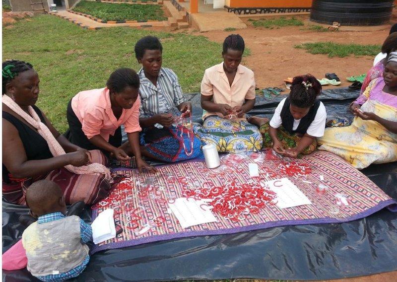 UGANDA: Frauen produzieren Armbänder und machen sich selbständig
