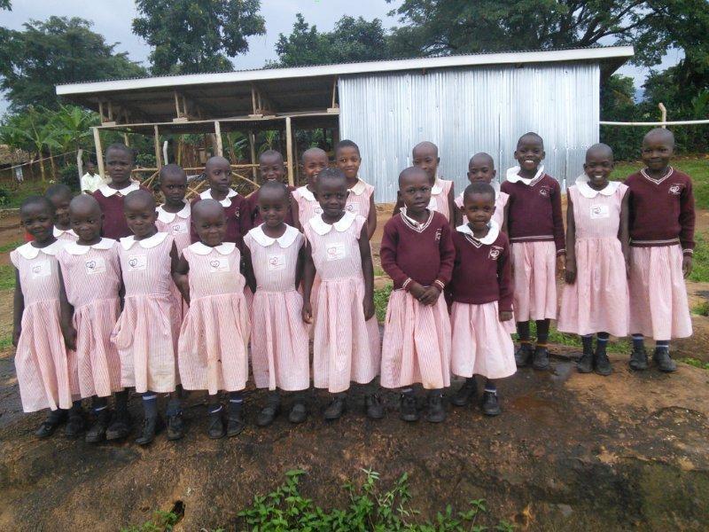 UGANDA: Schulkleidung für Mädchen