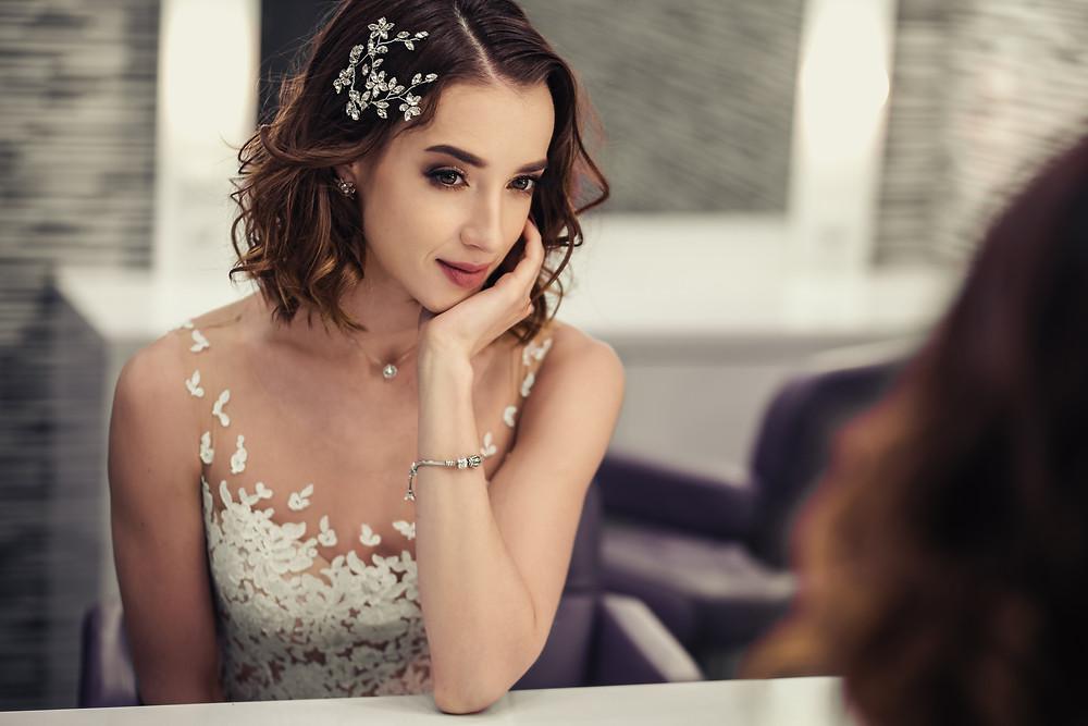 bride with short hair bridal comb