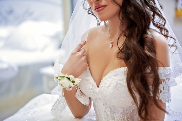 bride with rose gold necklace for weddings