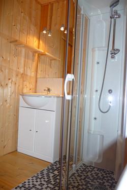 La salle de bain avec douche balnéo