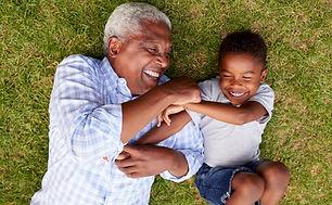 Grandpa e neto que tem o divertimento