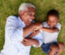 El abuelo y el nieto que se divierten