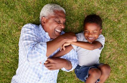 Großvater und Enkel, die Spaß haben