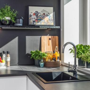 Kjøkken med hyller laget av stein
