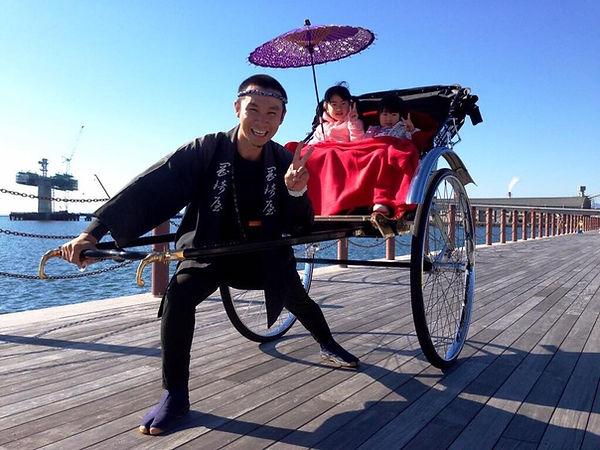 福島の小名浜港で人力車
