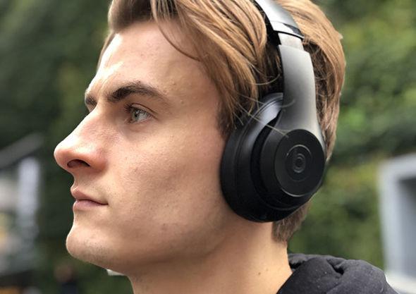 В Beats Studio 3 Wireless микрофон располагается рядом с динамиками и его не видно